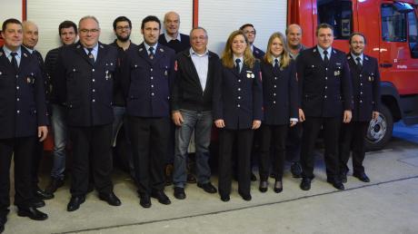 Vor dem Feuerwehrauto: Die Mitglieder der Feuerwehr Erpfting bei ihrer Versammlung.