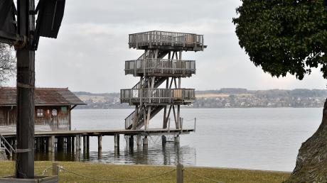 Pünktlich zu Beginn der Badesaison will die Gemeinde Utting ihren Sprungturm auch gegen das unbefugte Nutzen außerhalb der Betriebszeiten sichern.
