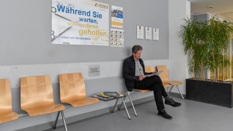 In der Notaufnahme wird am Streiktag mit erhöhtem Andrang gerechnet. Am Dienstag war Roland Kauf aus Peitingkurzzeitig allein im Wartebereich.