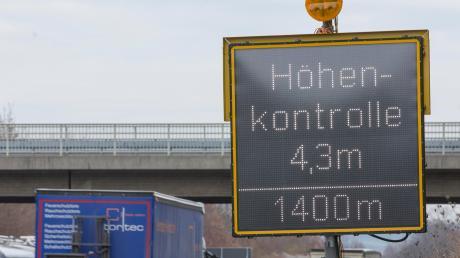 Immer wieder sind die Tunnel auf der A96 in Eching und Etterschlag gesperrt, weildie Höhenkontrolle ausgelöst wird. Jetzt sollen die Höhensünder dazu gebracht werden, die Autobahn rechtzeitig zu verlassen.
