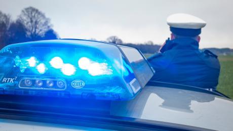 In Utting am Ammersee ist am Samstagvormittag eine Rentnerin in ihrem Wohnhaus überfallen und beraubt worden.