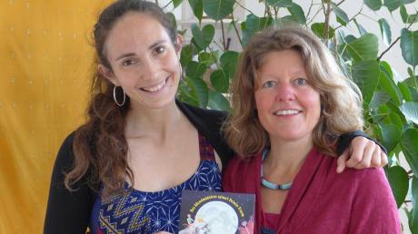 Nina Albrecht aus Starnberg (links) und die Uttingerin Carola Fürbaß haben ein Hörbuch produziert, das bedürftigen und krebskranken Kindern zugute kommt.