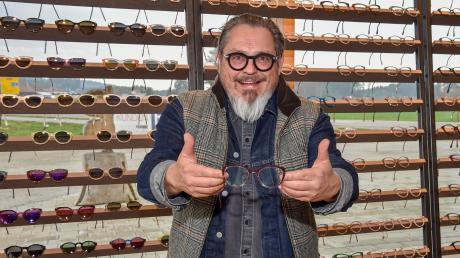 Dieter Funk ist Optikermeister und stellt die Gestelle auch gleich selbst her. Er hat in Kinsau eine Manufaktur.
