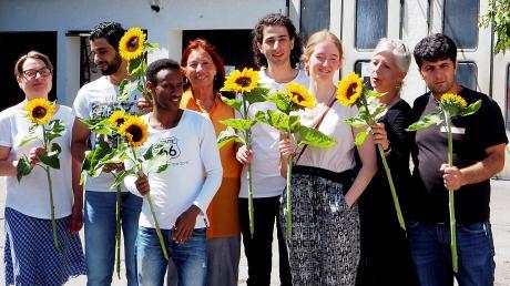 Das Foto zeigt Dr. Ulrike Wichtmann (Vierte von links) und Projektleiterin Christiane Hampel (Zweite von rechts) mit einigen Absolventen und Sabine Rid vom Roten Kreuz Landsberg (links).