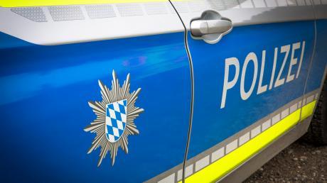 In einer Unterkunft in Greifenberg hat ein Asylbewerber einen Betreuer und ein anderer Asylbewerber einen Polizisten angegriffen.