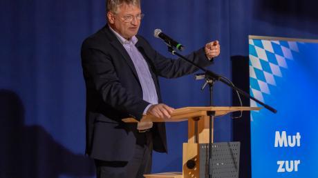 Vor dem Sportzentrum positionierten sich rund 200 Teilnehmer einer Mahnwache für eine pluralistische Gesellschaft (oben, unten rechts Redner Moritz Hartmann), drinnen präsentierte AfD-Spitzenkandidat Jörg Meuthen die Thesen seiner Partei zur Europawahl.