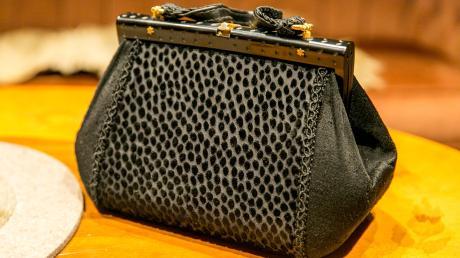Aus einer herrenlosen Handtasche hat ein junges Pärchen aus dem Landkreis Landsberg insgesamt 21.500 Euro erbeutet.