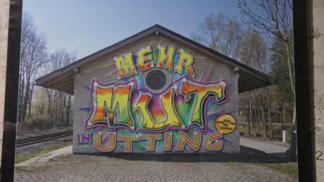 Eine Art digitale Collage zeigte Helmut Vizedum in Utting. Sein am Computer geschaffenes Graffiti projizierte er auf das ehemalige Lagerhaus am Bahnhof, in dem die Ausstellung stattfand.