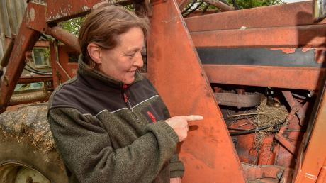 Ottilie Kerscher ist Landwirtin - und hat ein Herz für Vögel. Eine Amsel hat sich im Traktor der Geltendorferin eingenistet.