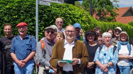 Die Gruppe, vorne Kurt Idrizovic, am Bert-Brecht-Weg in Utting.