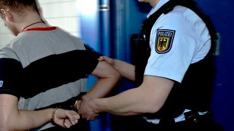 Zwei Männer, die in einem Zug zwischen Füssen und München Sitze aufgeschlitzt hatten, hat die Bundespolizei festgenommen.