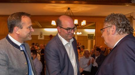 Alex Dorow (rechts) gratuliert seinem Nachfolger im Amt des CSU-Kreisvorsitzenden Michael Kießling. Landrat Thomas Eichinger (links)ist künftig Stellvertreter.