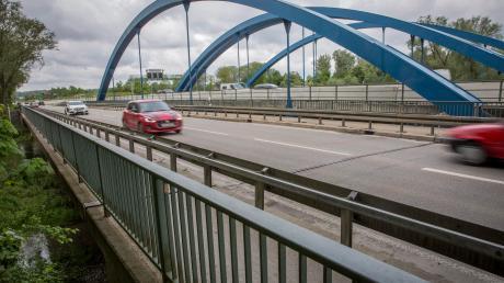 Die Amper-Brücke der Staatsstraße (vorne) wird abgerissen und neu gebaut. Solange wird der Verkehr über die Autobahn geleitet. Die neue Brücke bietet den Fußgängern und Radlern dann mehr Platz.