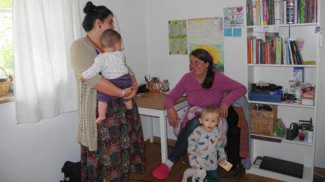 Naomi Strehle (links) lebt mit ihrer Tochter Virgina in einem Mutter-Kind-Haus in Winkl. Sie ist dankbar für das Angebot von Doris Kindermann. Auch der kleine Leon lebt dort mit seiner Mutter.