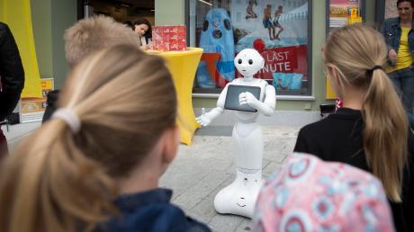 Lotti Pepper, ein humanoider Roboter von Lotto Bayern, ist der Stargast bei der Wiedereröffnung des Reisebüros Vivell in Landsberg.