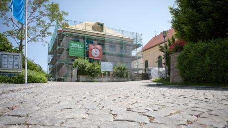 Die alte Schule in Hofstetten wird derzeit umgebaut. Künftig finden dort unter anderem die Sitzungen des Gemeinderats statt und der Bürgermeister hat dort sein Büro.