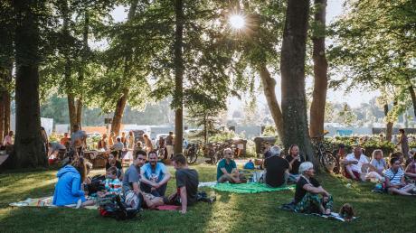 """Auf Picknickdeckenlagerten die Konzertbesucher und genossen den ersten Abend von """"Live im Park"""" mit einem Konzert der GitarristinBetty Baldauf."""