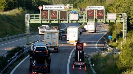 Das Problem mit den häufigen Tunnelsperrungen wegen ausgelöster Höhenkontrollen auf der A96 soll bald gelöst sein.