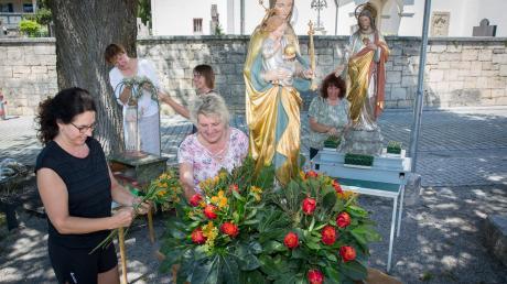 Vorbereitung: (Von links) Monika Kerling und Regina Erdt (vorne) Anja Höhne, Petra Zimmermann, Hildegrad Arnold schmucken die Figuren der Heiligen.