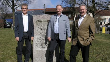 Da war die Welt noch in Ordnung:(von links) Manfred Schmid (CSU), Peter Hammer undWolfgang Frei (Dorfgemeinschaft Penzing) bei der offiziellen Präsentation des Bürgermeisterkandidaten.