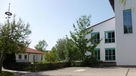 Der Kindergarten in Hofstetten ist zu klein. Für eine Übergangszeit von zwei Jahren sollen einige Kinder in der benachbarten Schule (rechts) untergebracht werden.