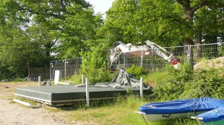 Die Badeplattform in Aidenried wartet schon seit einigen Tagen darauf, wieder im Ammersee eingesetzt zu werden.