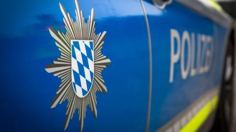 Polizei Symbolbild Feature Einsatz Polizeiauto Verkerhsunfall Polizei Schriftzug Unfall Verbrechen Streifenwagen Blaulicht Uniform Raub Mord Überfall