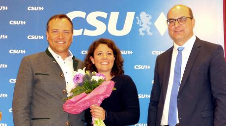 Landrat Thomas Eichinger - hier mit seiner Frau Franziska -wurde von der CSU zum Kandidaten für die Kommunalwahl 2020 ernannt. Rechts: CSU-Kreisvorsitzender und Bundestagsabgeordneter Michael Kießling.