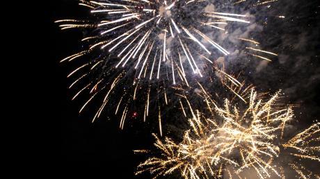 Gibt es in Zukunft ein öffentliches Feuerwerk in Schondorf? Der Gemeinderat denkt über ein Verbot für das private Abbrennen von Pyrotechnik in der Seeanlage nach.