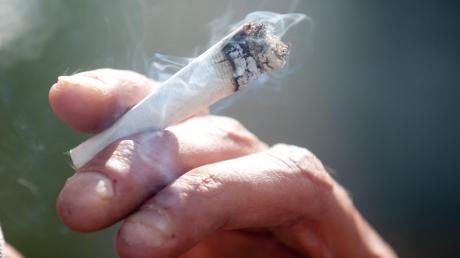 Zeugen haben in Dillingen einen Mann dabei beobachtet, wie er sich erst einen Joint dreht, diesen dann raucht und dann mit seinem Wagen davonfährt.
