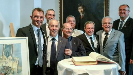 Eintrag ins Goldene Buch der Stadt mit (von links) Oberbürgermeister Mathias Neuner, Bruno Fondi, (dahinter Roberto Trinca), Carlo Cofini, Ingo Lehmann, Enrico Fondi, Franz-Xaver Rößle und Harry Reitmeir.