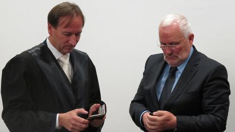 Manfred Schilcher (rechts) war viele Jahre Kämmerer der Stadt Landsberg.In der Derivat-Affäre wurde er in erster Instanz verurteilt. Links: Sein Anwalt Joachim Feller.