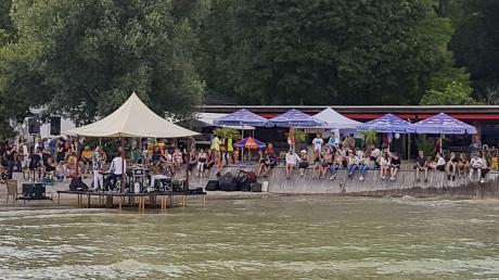 Die Organisatoren des Sammersee-Festivals zogen nach zwei Veranstaltungstagen trotz des durchwachsenen Wetters ein positives Fazit. Erstmals kamen auch vermehrt ältere Besucher auf das Gelände in den Schondorfer Seeanlagen.