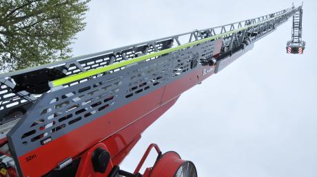 """Mit der Drehleiter rettete die Feuerwehr die 23-Jährige aus dem """"Skater-Pool""""."""