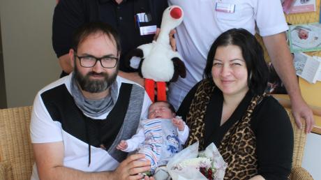 Dorottya und Josef Szauer aus Weil mit ihrem Sohn Hugo. Er ist das 100. Baby, das im Juli im Landsberger Klinikum zur Welt kam.