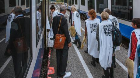 """Mit dem Zug fuhren die zunächst ahnungslosen Besucher des Theaterprojektes """"Die blondierte Stierin von Schondorf (unten links) nach Utting."""