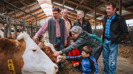 Politik trifft Landwirtschaft beim Bauern Schuster in Hofstetten (von links): Michael und Andreas Schuster, Johann Drexl, Gabriele Triebel, Bernhard Drexl und (vorne) Johannes und Ludwig Schuster.