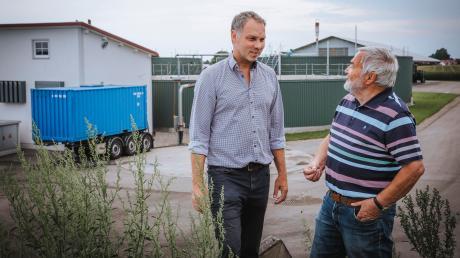 Der blaue Container bringt Wärme von der Biogasanlage in Weil nach Kaufering. Im Bild Ingenieur Henryk Bednarek (rechts) und der Geschäftsführer der Lena Service GmbHTobias Schmid