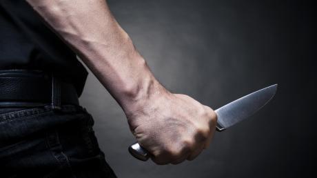 Mit einem Küchenmesser stach ein Asylbewerber in Apfeltrach auf einen Mitbewohner ein.