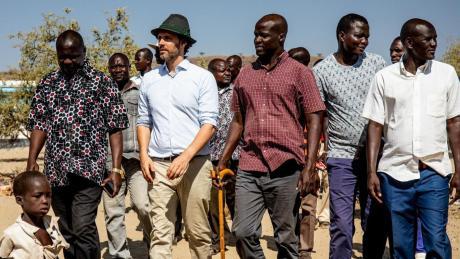 """Ludwig Prinz von Bayern mit Studenten seines IT-Bildungsprojekts """"Learning Lions"""" in Turkana in Kenia."""