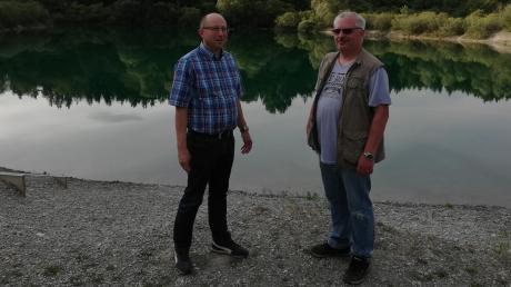 """Über den Müll, den Gäste am Baggerweiher zwischen Igling und Kaufering immer wieder hinterlassen, ärgern sich Konrad Zöpf (links) und Johannes Egger vom Fischereiverein """"Petri Heil"""" Kaufering."""