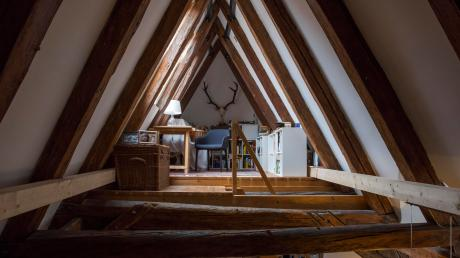 Das Arbeitszimmer unter dem Dach des Hauses. Auf den Dachstuhl ist Eigentümer Dr. Christoph Höck besonders stolz.
