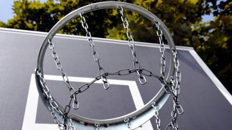 Ein Korb reicht: In Schondorf wünschen sich Jugendliche einen Streetball-Platz, um Basketball spielen zu können.