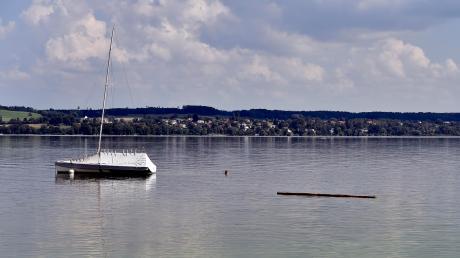 Der Badebalken unweit des gemeindlichen Badestegs in Schondorf bleibt im Ammersee.