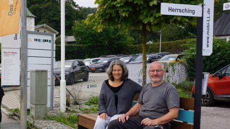 An der Weilheimer Straße 9 steht eine der drei Dießener Mitfahrerbänke. Beim Probesitzen: Mitinitiatorin Gabriele Übler und Thomas Lenhart.