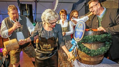 Zwei Schläge benötigte Gabriele Triebel (Mitte) um das erste Fass beim Kauferinger Volksfest anzuzapfen. Unterstützt wurde sie von (von links) Jochen Mörz, Gabriele Hunger und Richard Sturm.
