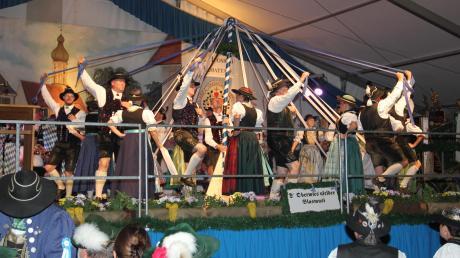 """Die """"Ammertaler"""" aus Dießen/St. Georgen führten beim Heimatabend in Geltendorf den """"Bandltanz"""" auf."""