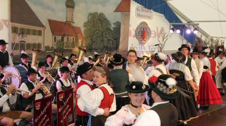 Am Sonntagnachmittag tanzten die Vorplattler der einzelnen Trachtenvereine aus dem Huosigau im Festzelt. Zuvor hatte wegen des Regens der Festumzug durch Geltendorf abgesagt werden müssen.