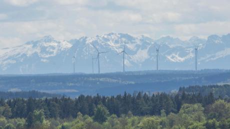 Die Fuchstaler Windräder mit Blick auf die Alpen.