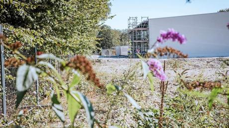 Der Bebauungsplanentwurf für die Neubebauung des ehemaligen Prix-Geländes in Schondorf wird noch einmal ausgelegt. Dann soll er aber in Kraft treten. Im Hintergrund ist die neue Sporthalle der Realschule zu sehen.